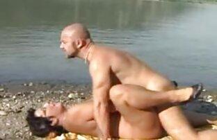 समुद्र तट पर माँ, हिंदी सेक्सी मूवी चलने वाली