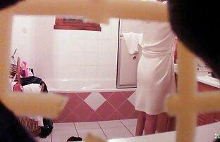 बाथरूम में माँ। सेक्सी हिंदी फिल्म वीडियो में