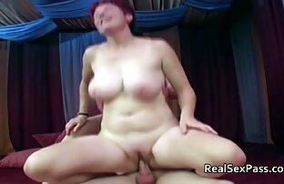 दो सुडौल महिलाओं को एक आदमी को खुश करना चाहते हैं सेक्सी फिल्म दिखा दो
